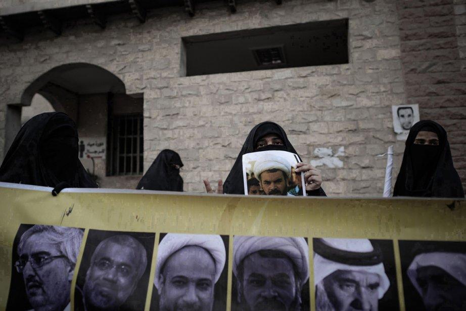 Des musulmanes chiites, au Bahreïn, tiennent des photos de personnalités politiques lors d'une manifestation anti-gouvernementale, en solidarité avec les militants des droits de l'homme et des prisonniers politiques dans le village de Sanabis, à l'ouest de Manama. | 7 janvier 2013