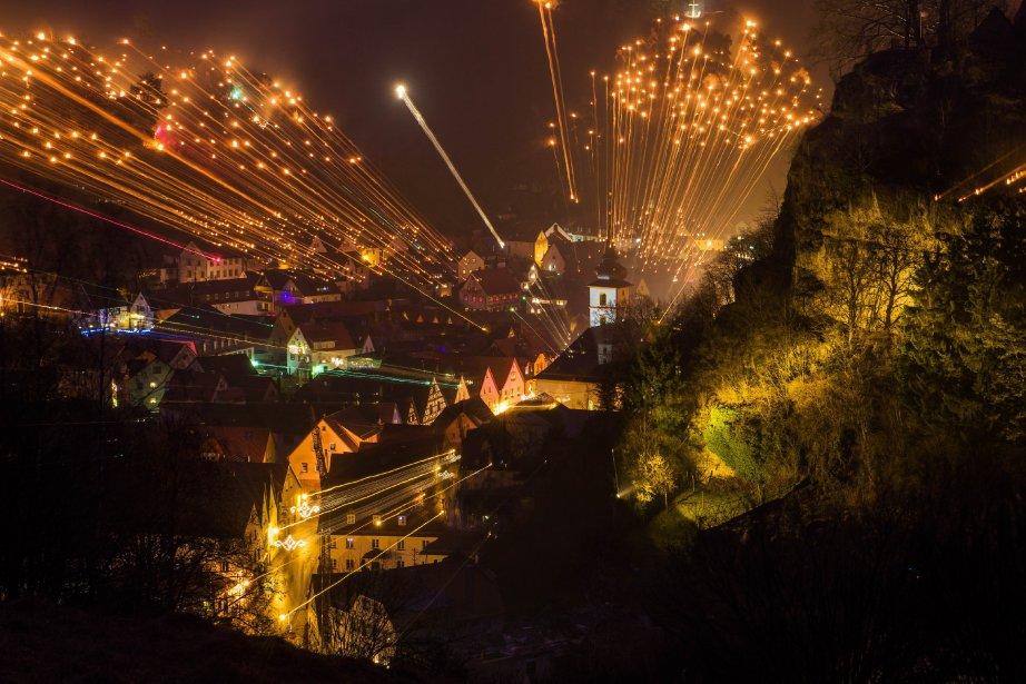 Petits feux allumés dans la montagne pour le festival de la Lumière à Pottenstein, dans le sud de l'Allemagne, à l'occasion du jour de l'Adoration éternelle. | 7 janvier 2013