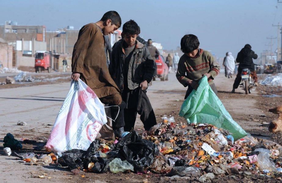 Des enfants fouillent dans les ordures à Hérat.... | 2013-01-07 00:00:00.000