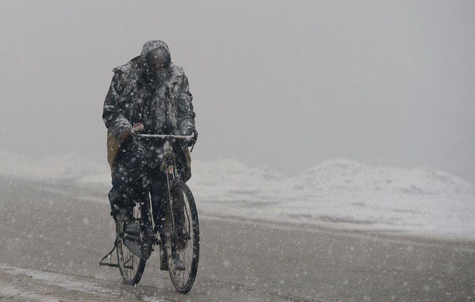 Même une tempête de neige n'empêche pas ce résidant de Kaboul de se rendre au travail. | 7 janvier 2013