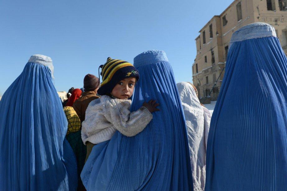 Des Afghanes font la queue afin de recevoir de la nourriture. | 7 janvier 2013