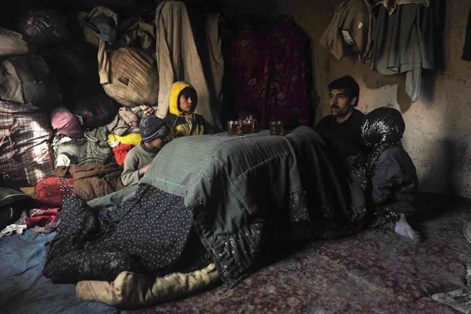 Des centaines de familles semblables à celle-ci résident au camp de réfugiés de Charni Qambar, près de Kaboul, dans des conditions difficiles, le mercure pouvant descendre la nuit sous les -10 degrés Celsius. | 7 janvier 2013