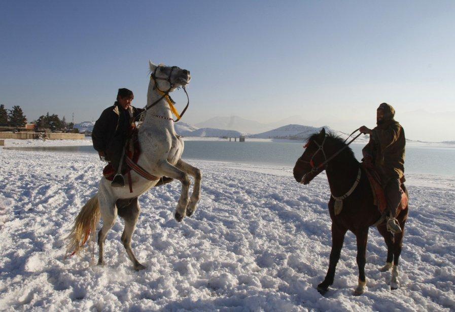 Deux jeunes cavaliers sur les berges gelées du lac Qargha, près de Kaboul. | 7 janvier 2013