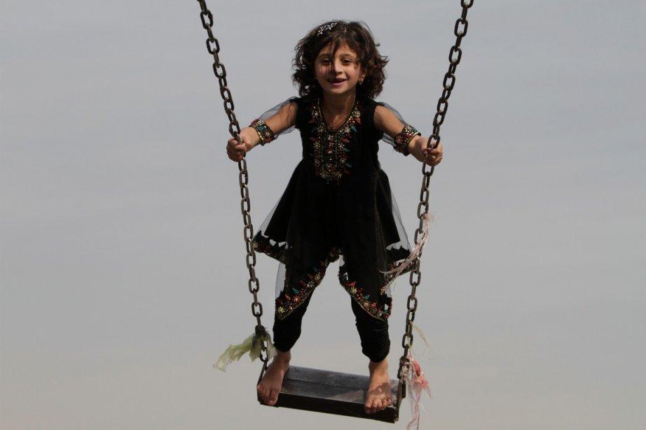 Une fillette s'amuse sur une balançoire, à Jalalabad. | 7 janvier 2013
