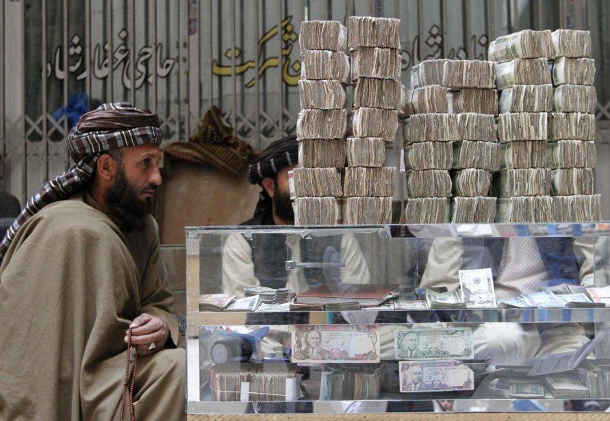 Un cambiste et son kiosque à Kandahar. | 7 janvier 2013