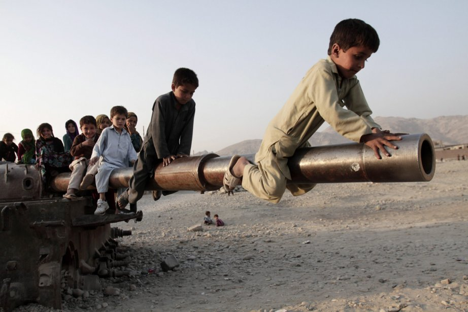 Les reliques militaires laissées par les Russes dans les années 80 deviennent des terrains de jeux pour ces enfants afghans. | 7 janvier 2013
