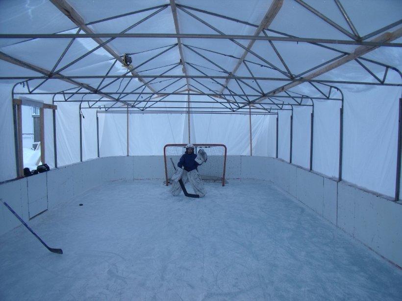 Depuis cinq ans, Christian Langlois installe une patinoire couverte de 20 pieds sur 40 sur son terrain situé à Charlesbourg, y apportant des améliorations au fil des années. | 7 janvier 2013