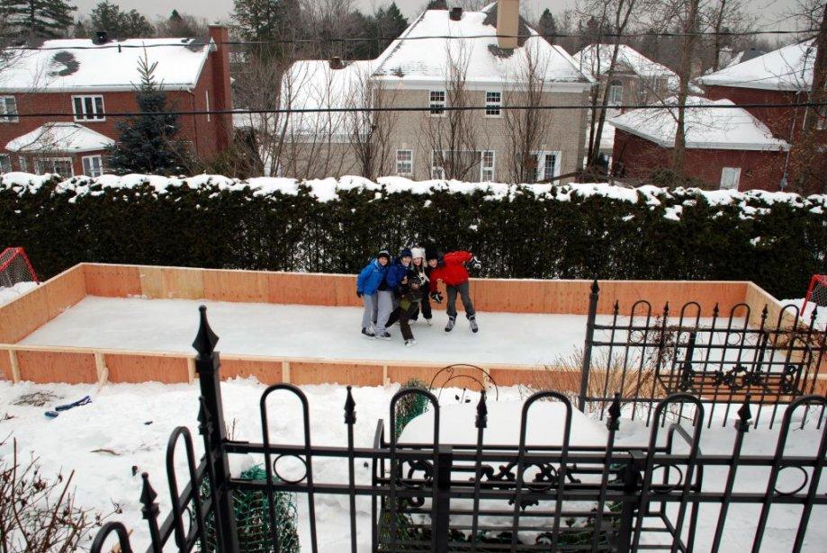 Céline Michel raconte que son mari, Louis Gendron, se dévoue corps et âme à préparer et arroser  tous les soirs (même aux petites heures…) une patinoire sur laquelle leurs trois enfants et les petits amis et voisins viennent s'amuser et jouer au hockey. Ils habitent Sainte-Foy, secteur Les Sources. | 7 janvier 2013
