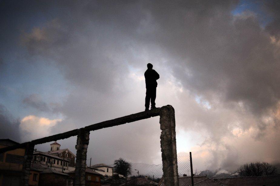 Un homme admire les célébrations de la fête de l'Épiphanie, proche de la rivière Tundzha, à Kalofer, en Bulgarie. | 7 janvier 2013
