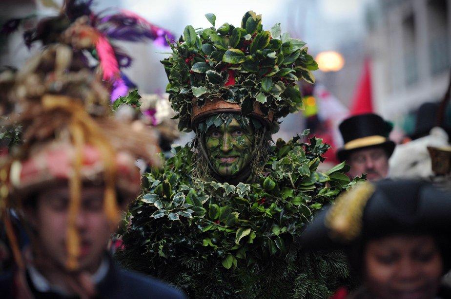 L'homme houx (the Holly Man), un personnage issu d'anciennes fêtes païennes du solstice, est conduit au bord de la Tamise par d'autres personnages costumés à l'occasion de la Nuit des Rois, qui clôt les 12 jours de festivités hivernales. | 7 janvier 2013