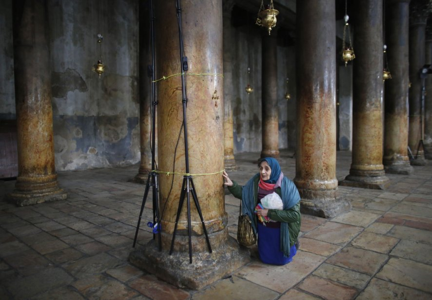 Une femme prie à église de la Nativité, le site vénéré comme le lieu de la naissance de Jésus, à Bethléem, en Cisjordanie. | 7 janvier 2013