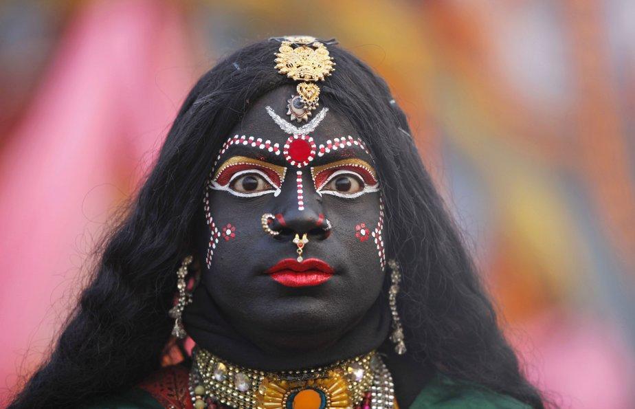 Un homme qui a pris les traits de la déesse hindoue Kali participe à une procession religieuse vers le Sangam, le confluent du Gange et des rivières Yamuna et Saraswati, dans le cadre du festival Mahakumbh à Allahabad, en Inde. | 7 janvier 2013