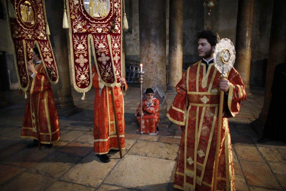 Les membres du clergé orthodoxe grec et les servants de messe attendent l'arrivée du patriarche grec de Jérusalem, Théophile, à l'église de la Nativité, à Bethléem, en Cisjordanie. | 7 janvier 2013