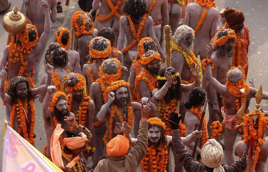 En Inde, les Naga Sadhus (hommes saints) participent à une procession religieuse à l'occasion de la Kumbh Mela à Sangam. Plus grand rassemblement religieux au monde, le Kumbh Mela accueille des millions de personnes. | 7 janvier 2013