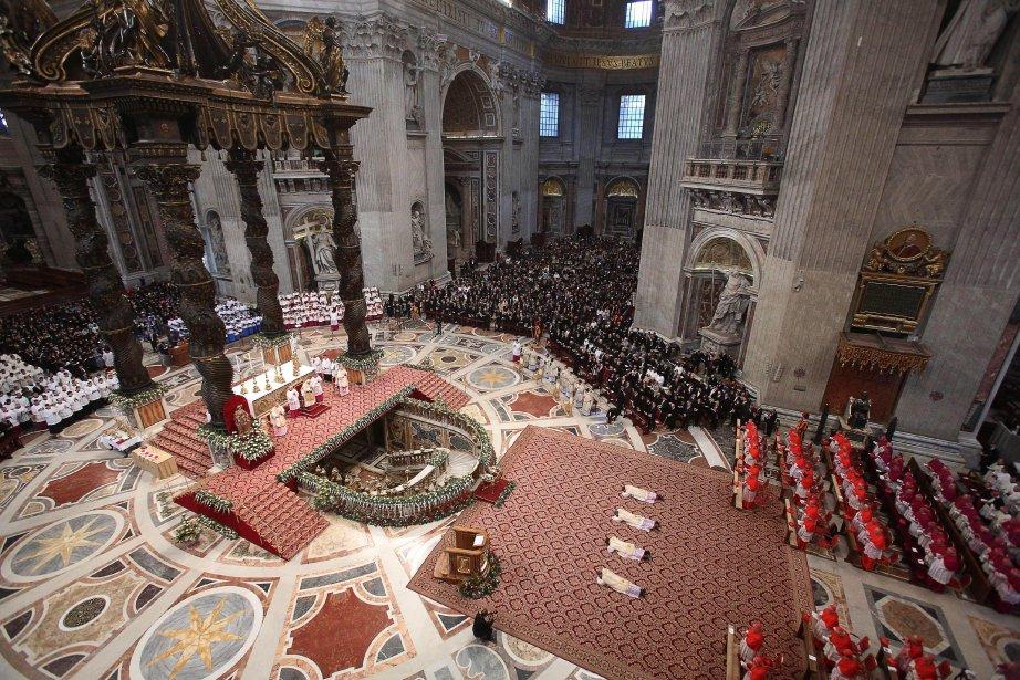 Nicolas Henry Marie Denis Thevenin, Georg Gaenswein, Fortunatus Nwachukwu et Angelo Vincenzo Zani, se prosternent en signe d'humilité à l'occasion de leur sacre durant la messe de l'Épiphanie, dans la basilique Saint-Pierre, au Vatican. | 7 janvier 2013