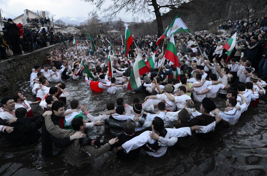 La danse traditionnelle du Horo dans les eaux glaciales de la rivière Tundzha à Kalofer, en Bulgarie, lors des célébrations de l'Épiphanie. | 7 janvier 2013