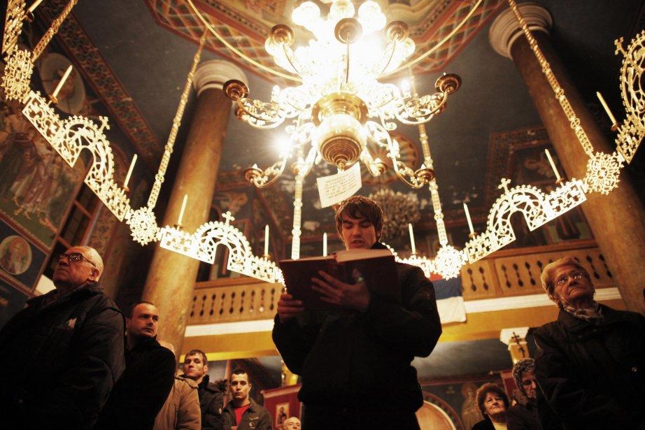 Des Serbes prient à la veille du Noël orthodoxe, dans la ville de Zenica, en Bosnie centrale. Les chrétiens orthodoxes fêtent Noël le 7 janvier, selon le calendrier julien. | 7 janvier 2013