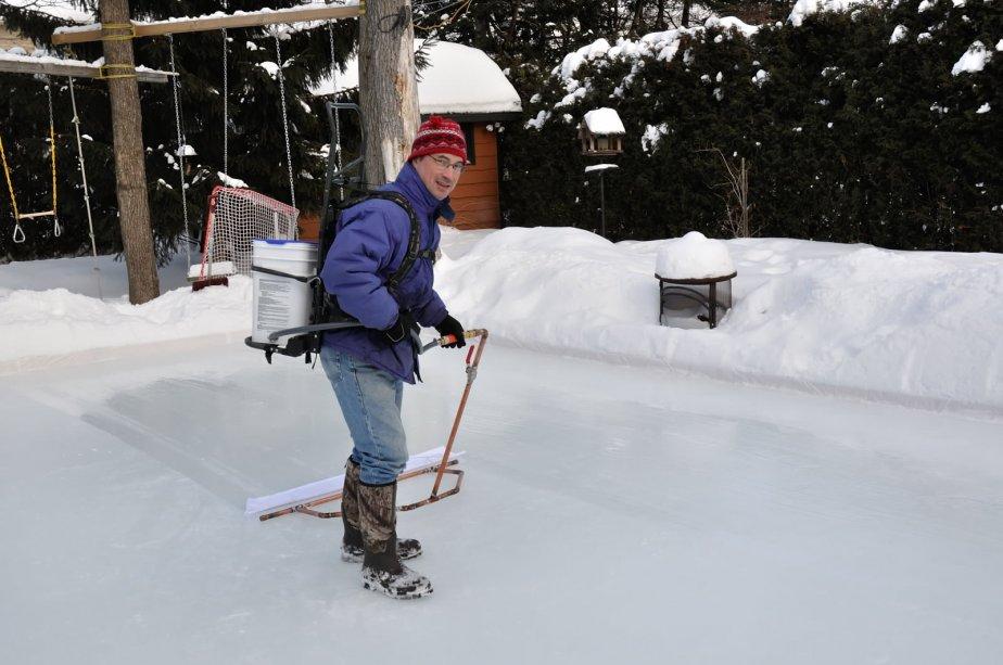 La patinoire familiale est devenue le hobby hivernal de Martin Poirier, de Cap-Rouge. Après la glissade intégrée, le foyer extérieur pour les soirée froide, ce papa d'une fille de 11 ans et d'un fils de six ans a ajouté cette année l'éclairage automatique grâce à un détecteur de mouvement. Il a même créé une surfaceuse artisanale, question de pouvoir faire une belle glace à l'eau chaude!!! | 8 janvier 2013
