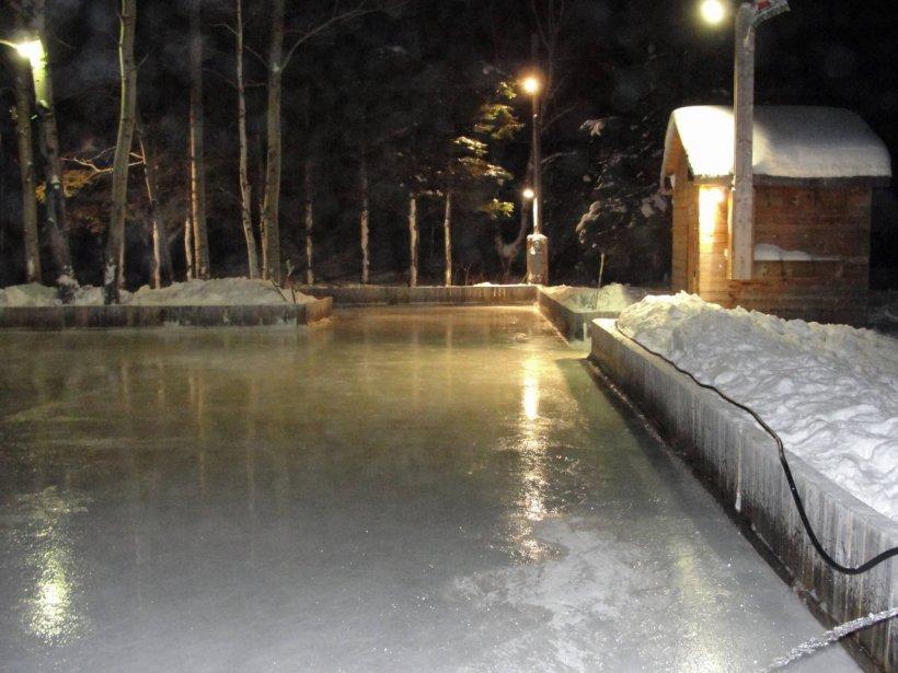 La patinoire familiale d'Yvon Charest existe depuis 2006 à Saint-Ferréol les Neiges... Elle est ouverte pour tous ceux veulent pratiquer leur coup de patin, bref au public en général.  Il n'est pas rare d'y voir 20 patineurs jouer au hockey tandis que d'autres patinent avec de jeunes enfants dans l'autre section.  De plus, les soirs plus froid, un voisin,  Alain, arrive avec son foyer mobile qu'il apporte avec sa moto-neige. | 8 janvier 2013