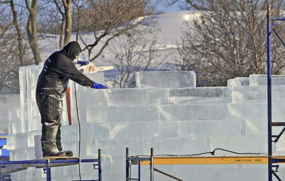 La construction du palais de Bonhomme Carnaval est commencée depuis déjà une semaine sur les plaines d'Abraham. Cette année, l'architecture du palais d'hiver s'inspire de la Russie, pays hôte de la 59e présentation de l'événement. Sa tourelle centrale est une réplique de celle d'une cathédrale de Saint-Pétersbourg. (7 janvier) | 8 janvier 2013