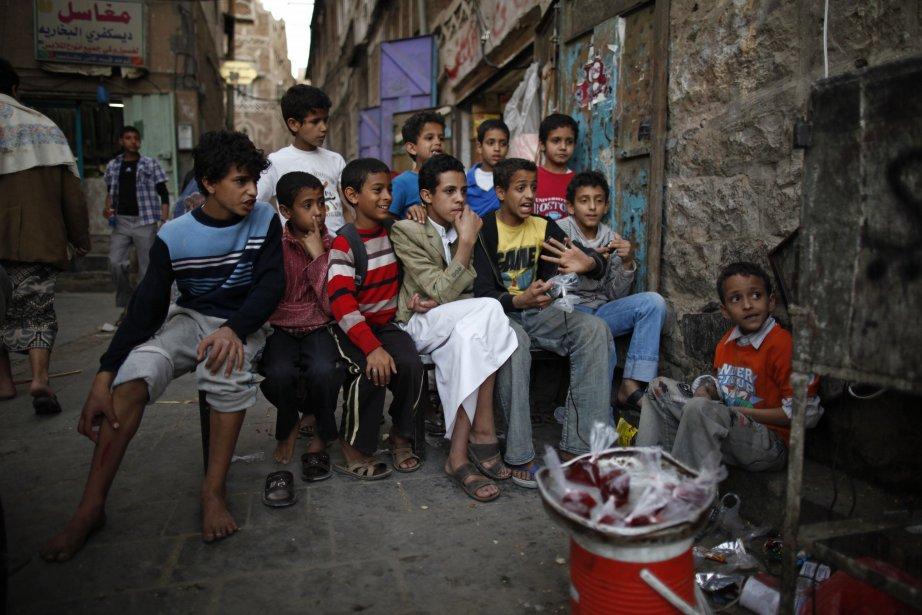 Des garçons regardent la télévision dans une rue du Vieux-Sanaa,... | 2013-01-08 00:00:00.000