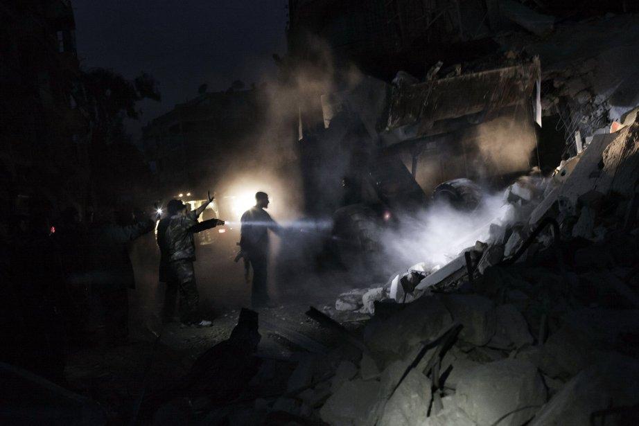 Recherche de survivants dans les décombres d'un immeuble détruit par un missile dans le quartier al-Mashhad à Alep, en Syrie. | 8 janvier 2013
