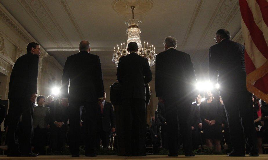 Le président américain, Barack Obama (centre), annonce la nomination de l'ancien sénateur républicain Chuck Hagel (à sa droite) au poste de secrétaire à la Défense et de John Brennan (à sa gauche) comme directeur de la CIA. Ils sont accompagnés des anciens titulaires respectifs, Leon Panetta et Mike Morrell. | 8 janvier 2013