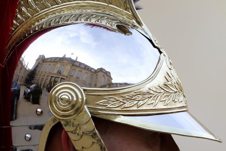 Le palais de l'Élysée, à Paris, se reflète dans le casque d'un gendarme lors d'une cérémonie du 7 Janvier 2013. | 8 janvier 2013