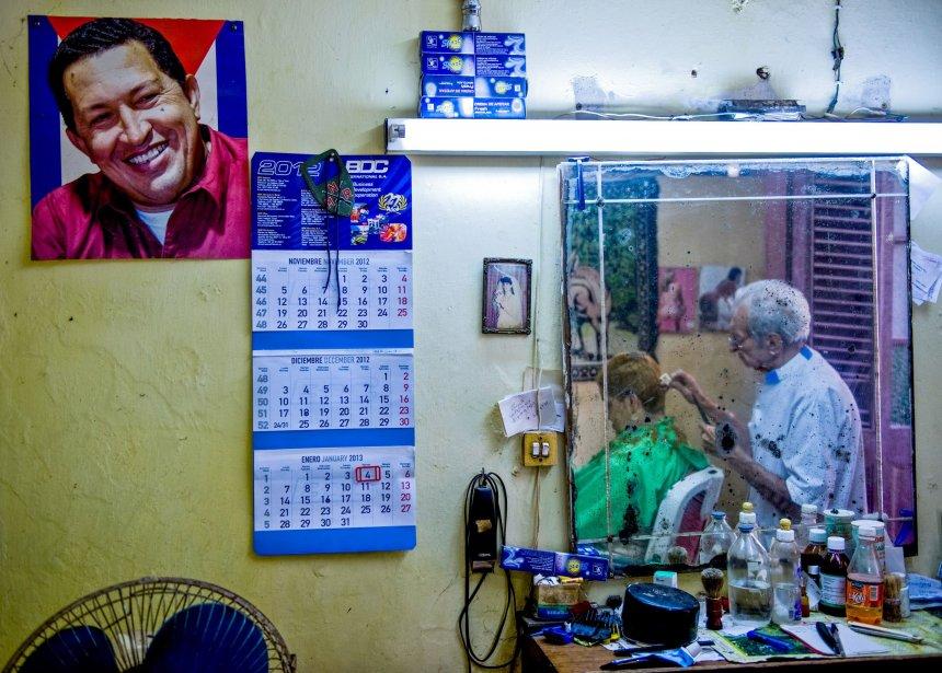 Un portrait du président vénézuélien Hugo Chavez dans un salon de coiffure de La Havane, à Cuba. | 8 janvier 2013