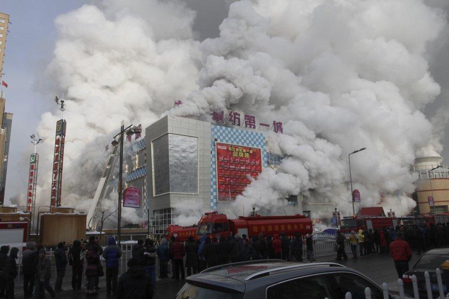 Incendie dans un centre commercial à Harbin, dans la province du Heilongjiang, en Chine. Selon l'agence de nouvelles Xinhua, il a fallu trois heures et demie pour circonscrire l'incendie, qui faisait 9400 mètres carrés de superficie. | 8 janvier 2013