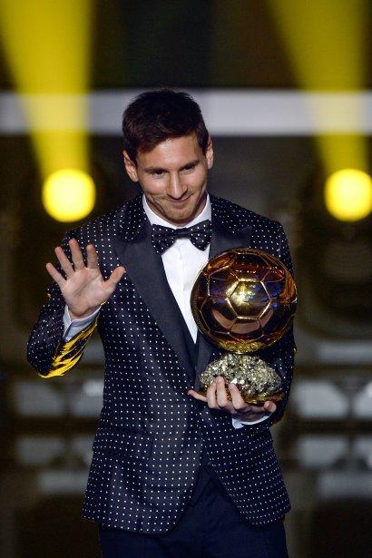 L'attaquant argentin Lionel Messi, de l'équipe de Barcelone, reçoit le Ballon d'or de la FIFA au Palais des congrès de Zurich. | 8 janvier 2013