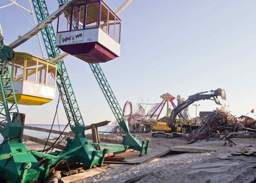 Une grue ramasse les débris laissés par l'ouragan Sandy, près de la grande roue du Fun Town Amusement Pier, à Seaside Heights, au New Jersey. | 8 janvier 2013