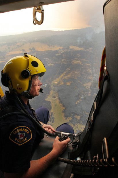Le Sergent Matthew Drumm à bord d'un hélicoptère du service de police de Tasmanie. | 8 janvier 2013