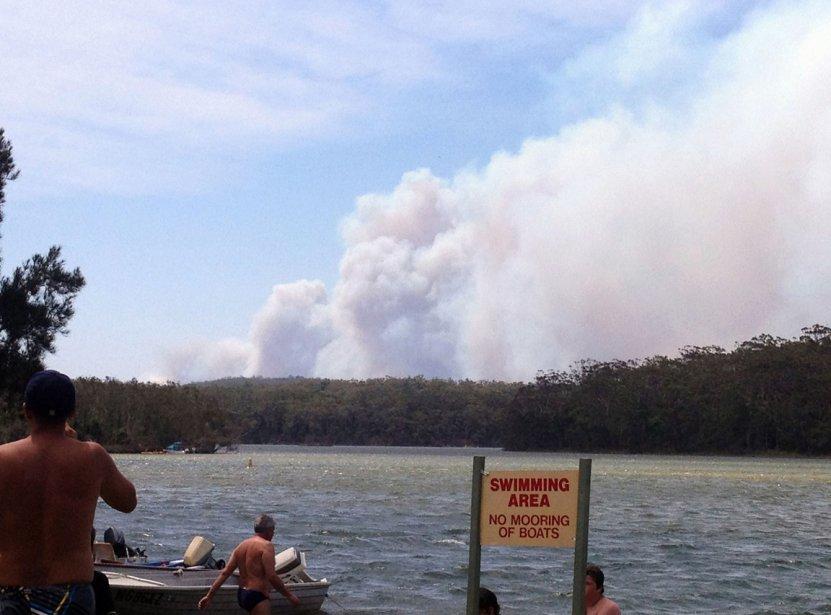 Des campeurs sur les berges du lac Conjola observent un nuage de fumée. | 8 janvier 2013