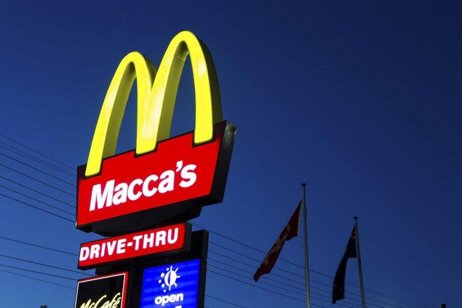 En Australie, depuis le 8 janvier, certains restaurants McDonalds arborent cette nouvelle enseigne. Macca's est le surnom que les Australiens ont donné avec le temps à la chaîne multinationale. C''est comme si McDonalds décidait d'appeler officiellement ses restaurants McDo. Comme pour certaines personnes, le surnom a pris le dessus sur la véritable identité. | 9 janvier 2013