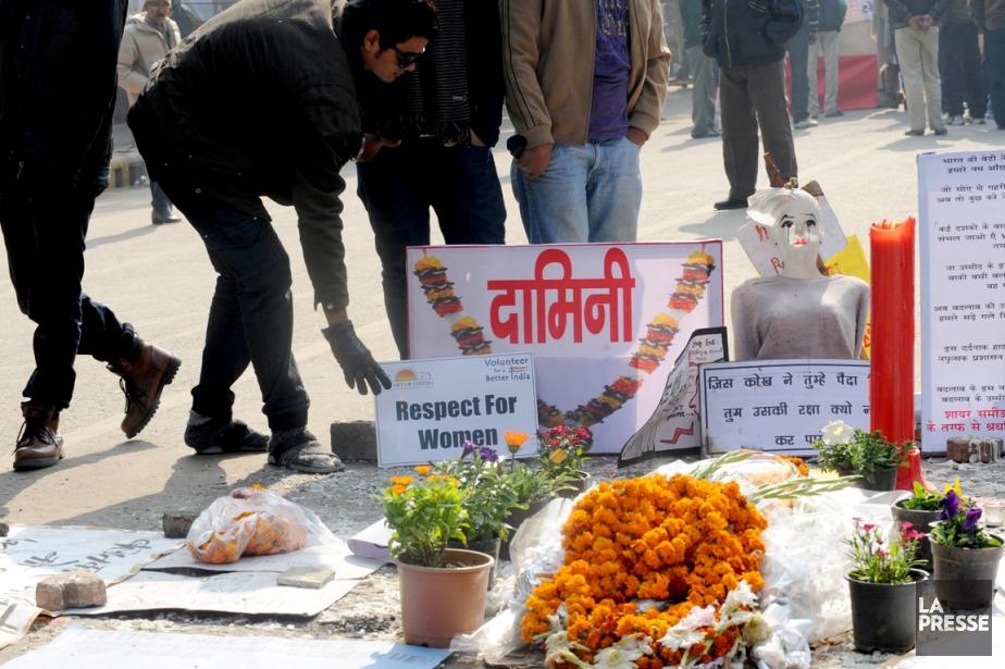 Plusieurs Indiens ont déposé des fleurs et des... (PHOTO archives RAVEENDRAN, ARCHIVES AFP)