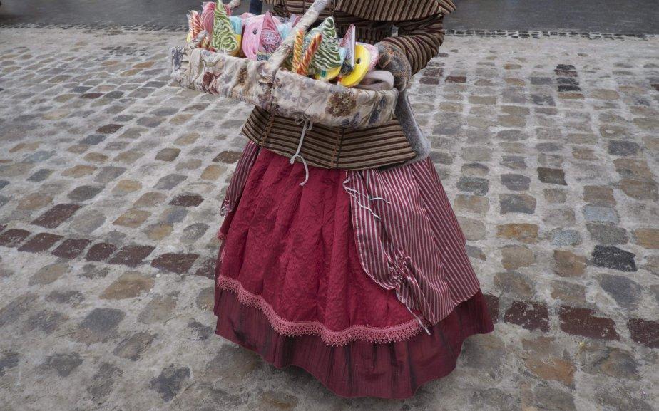 Une femme en costume traditionnel vend des bonbons faits à la main dans le centre de Lviv, en Ukraine. | 9 janvier 2013