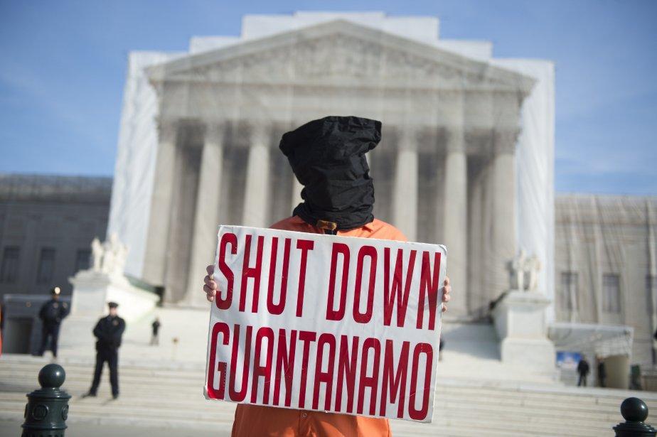 Un manifestant vêtu comme les détenus de Guantanamo réclame la fermeture de cette prison devant l'édifice de la Cour suprême des États-Unis, à Washington (DC). | 9 janvier 2013