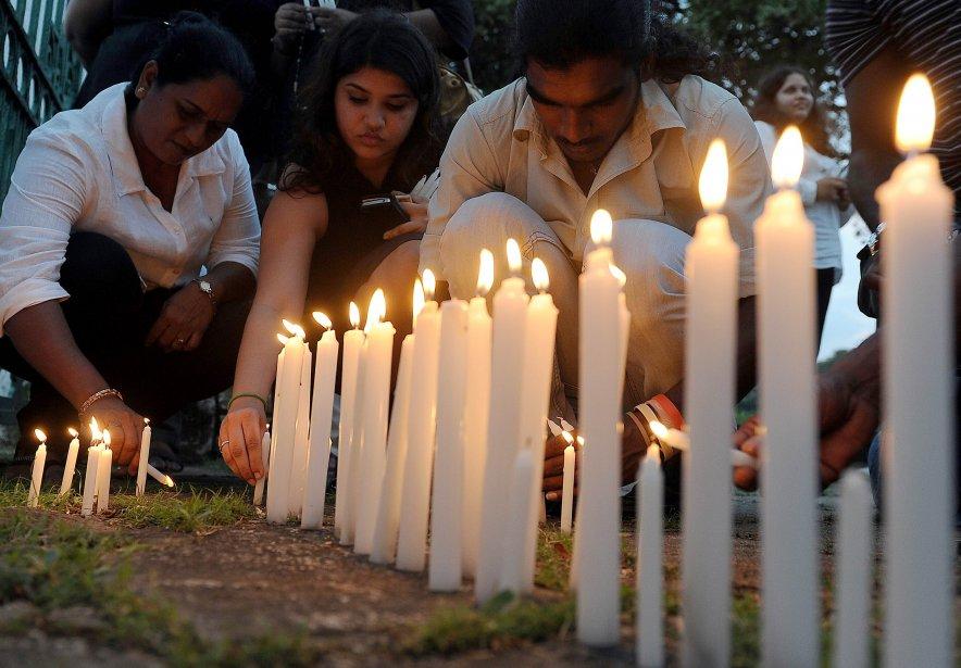 Des journalistes sri-lankais allument des bougies devant une photo du journaliste et homme politique Lasantha Wickrematunge, assassiné le 8 janvier 2009, pour souligner le quatrième anniversaire de sa mort, à Colombo, au Sri Lanka. | 9 janvier 2013