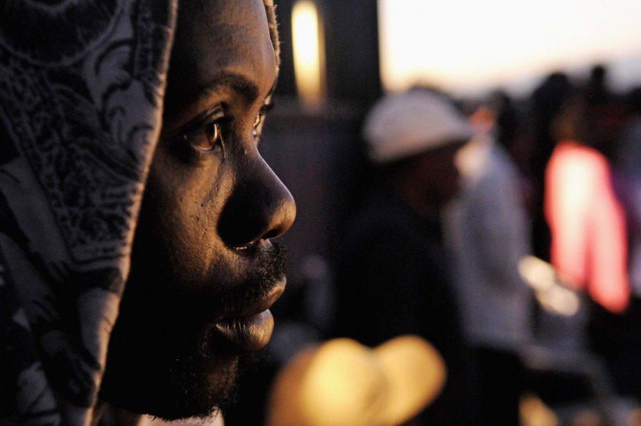 Un Haïtien attend depuis deux jours de pouvoir rentrer en République dominicaine, où il vit et travaille clandestinement. Environ 1000 Haïtiens sans papiers, qui étaient allés passer les vacances de fin d'année dans leur pays d'origine, ont été empêchés de rentrer en République dominicaine, où l'armée a augmenté les contrôles à la frontière. | 9 janvier 2013