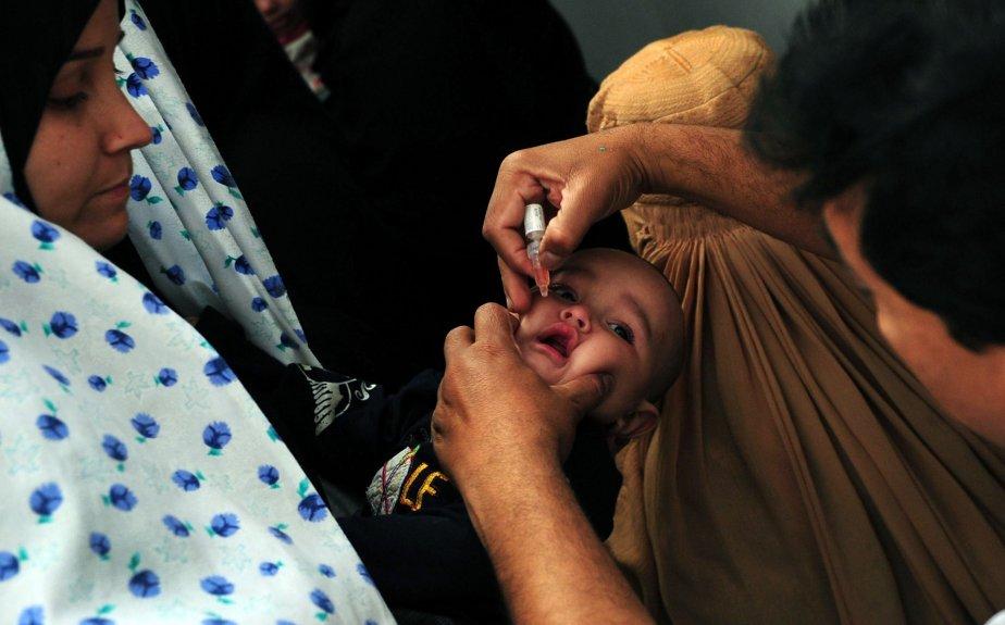La vaccination contre la polio reprend sous haute surveillance  à Karachi, au Pakistan, après l'assassinat en décembre par des extrémistes de neuf employés d'une ONG engagée dans la lutte contre la poliomyélite, endémique dans cette région du pays. | 9 janvier 2013