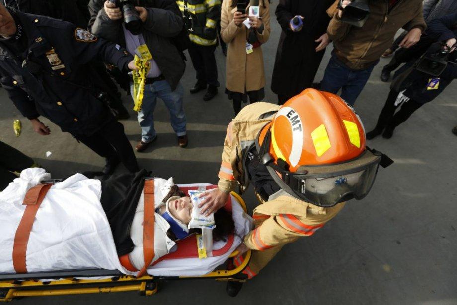 Une victime aidée par les pompiers. | 9 janvier 2013