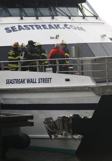 Des secouristes observent l'état du bateau. | 9 janvier 2013