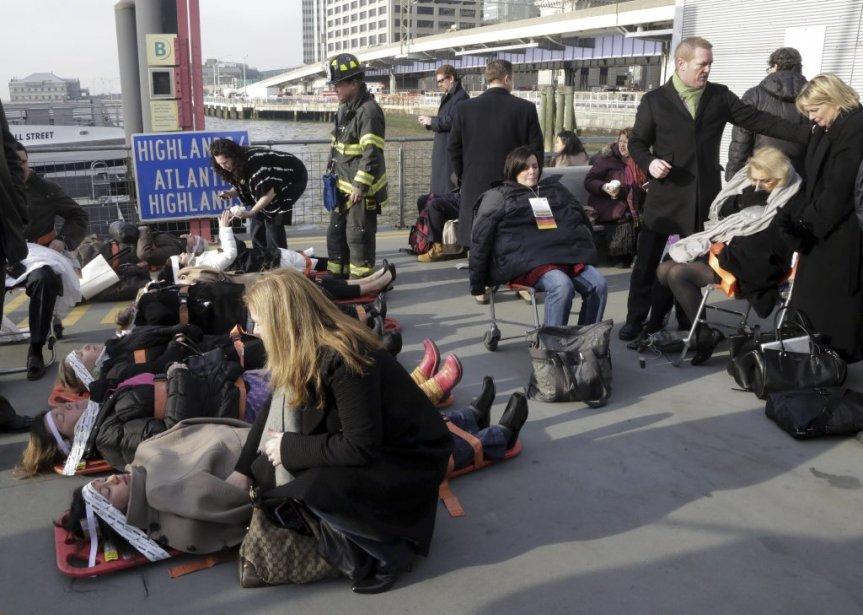 Des victimes aidées par les secouristes.... | 2013-01-09 00:00:00.000