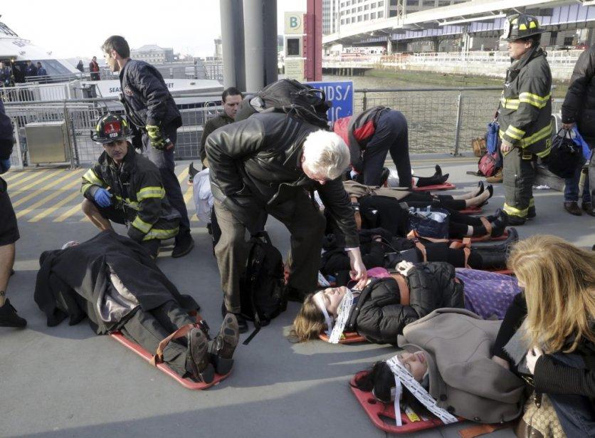 Des victimes aidées par les secouristes. | 9 janvier 2013