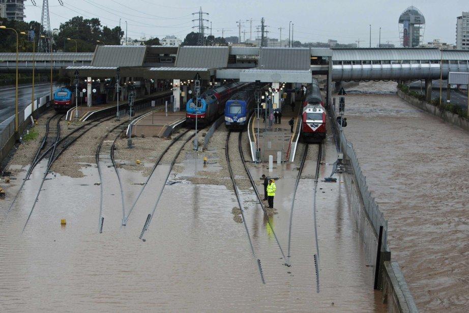 Une gare de train inondée par la fonte des neiges et la pluie à Tel-Aviv en Israël | 9 janvier 2013