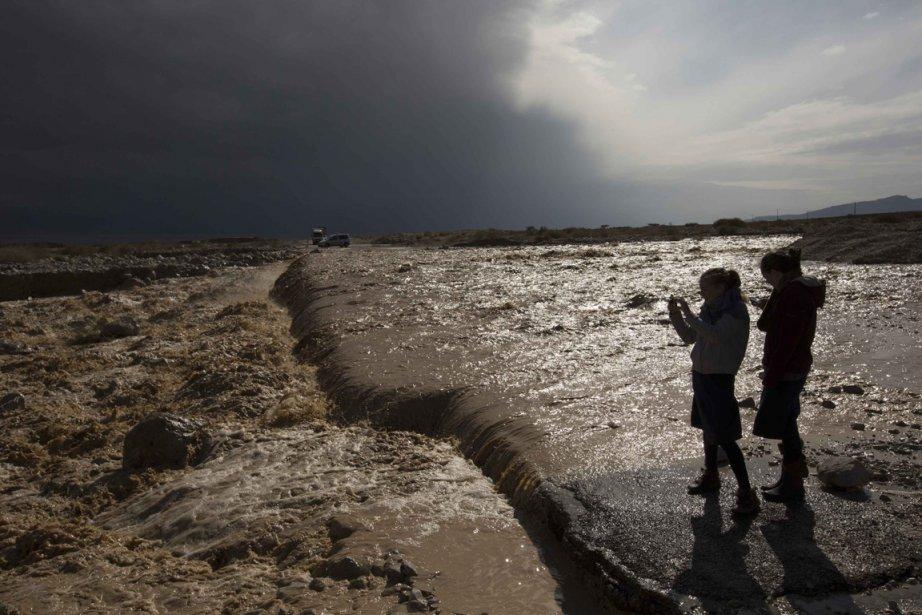 Des fillettes observent l'eau de pluie se déverser dans la mer Morte | 9 janvier 2013