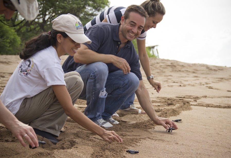 Pour prendre part à une séance de libération des tortues, les visiteurs doivent se rendre au Salvador entre les mois de juin et décembre. Benoît Dagenais et sa copine Andrea (à droite) se plaisent toujours à participer à l