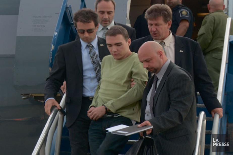 Luka Rocco Magnotta, escorté par des policiers de... (Archives, La Presse)