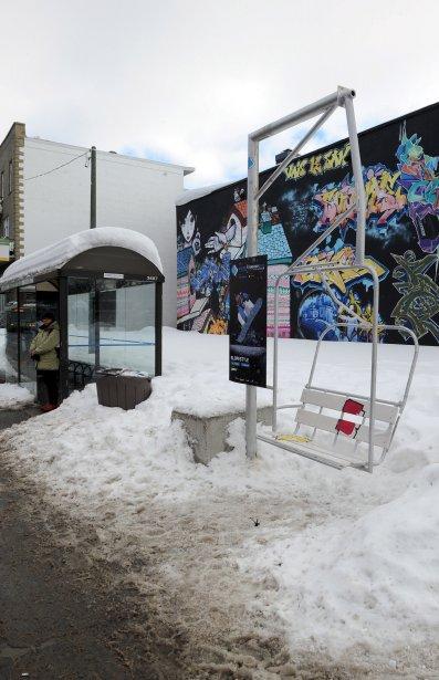 Non, de nouvelles stations de ski n'ont pas élu domicile sur divers coins de rue de Québec! Des télésièges apparus près de sept abribus du centre-ville et de Sainte-Foy sont toutefois bien réels. Il s'agit d'une campagne publicitaire pour les Championnats du monde FIS de surf des neiges qui se dérouleront à Stoneham et à Québec du 15 au 27 janvier. Une occasion pour les amateurs de glisse de rêvasser un peu en attendant l'autobus. (10 janvier) | 11 janvier 2013